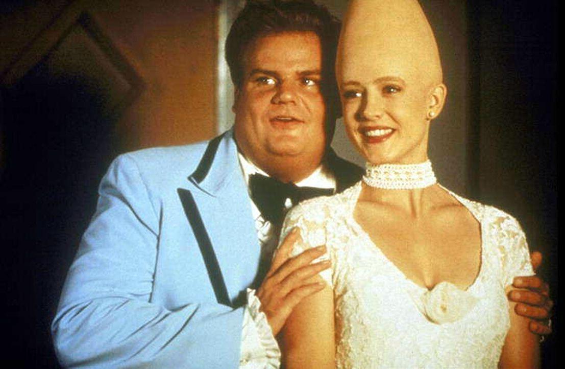Ein schönes Paar sind Connie (Michelle Burke, r.) und der verliebte Ronnie (Chris Farley, l.). Doch was passiert, wenn Connie wieder zurück auf ihre... - Bildquelle: Paramount Pictures