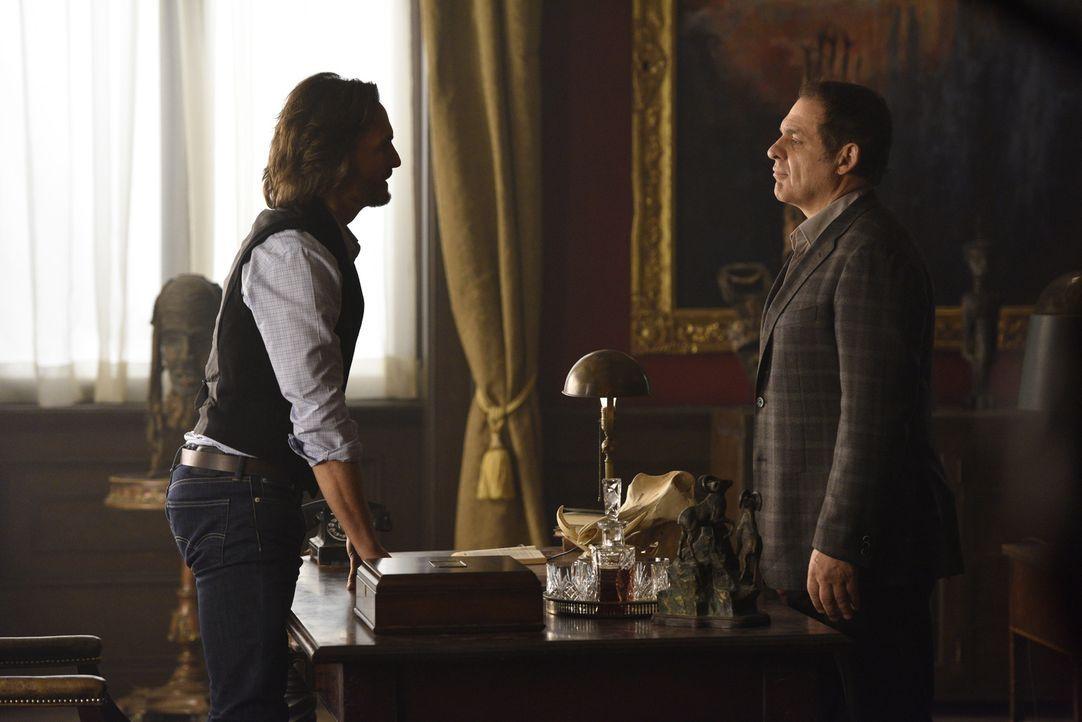 Noch ahnt Jeremy (Greg Bryk, l.) nicht, dass die Spanier den russischen Alpha Roman Navikev (Daniel Kash, r.) gerne tot sehen wollen ... - Bildquelle: 2015 She-Wolf Season 2 Productions Inc.