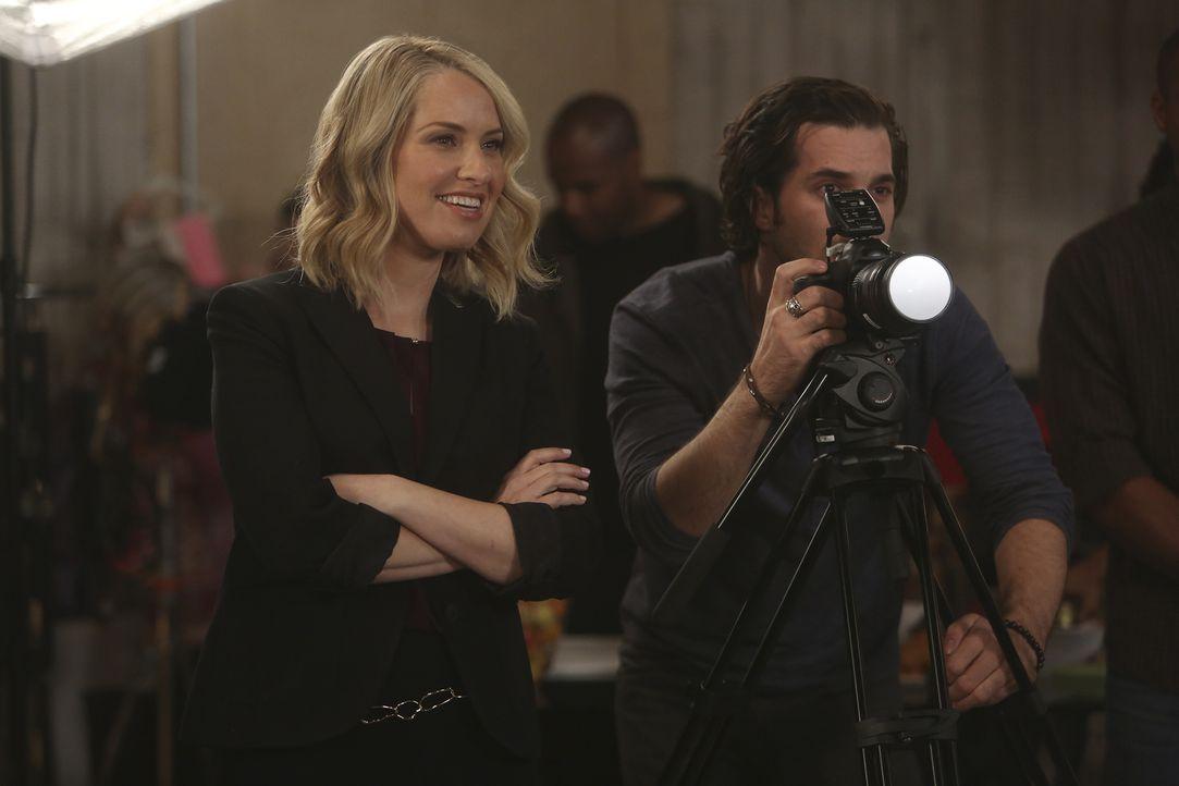 Die Babymodel-Agentin Leslie (Leslie Grossman, l.) und ihr Fotograf (Michael Malota, r.) sind von der kleinen Edie begeistert und wollen, dass sie d... - Bildquelle: Jordin Althaus 2016 ABC Studios. All rights reserved.