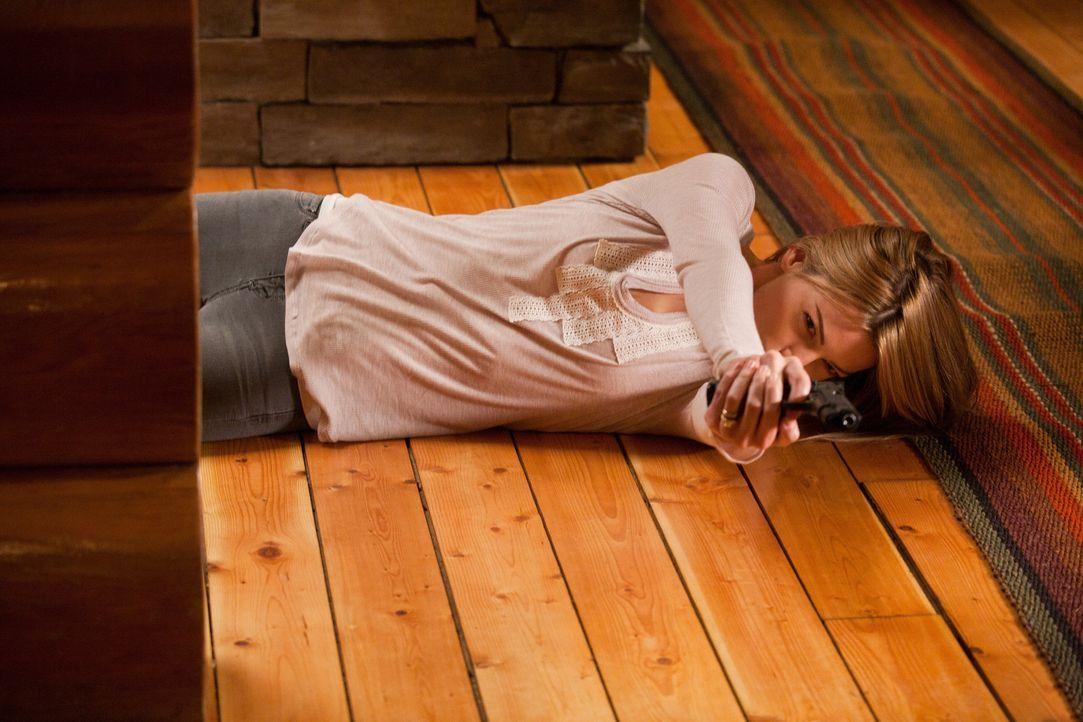 Muss zuerst Chance töten, um an ihr eigentliches Ziel zu kommen: Spionin Angie (Lauren German) ... - Bildquelle: 2011  Warner Bros.