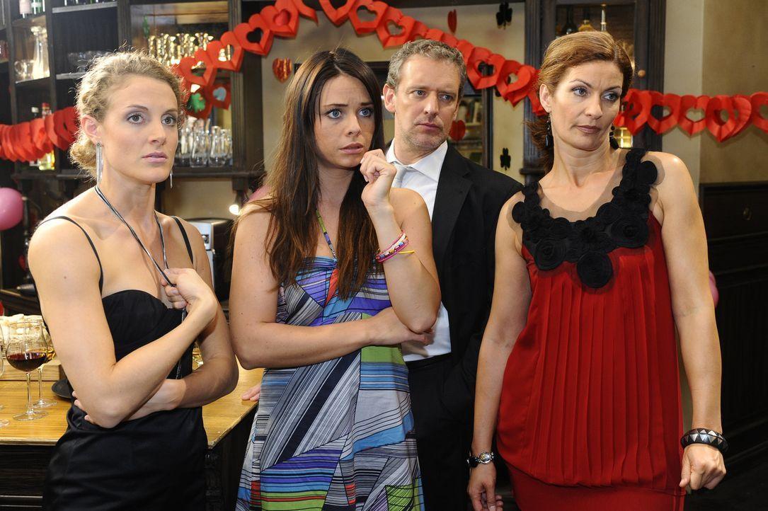 Sind über Katjas Auftritt total geschockt: Maja (Barbara Lanz, l.), Paloma (Maja Maneiro, 2.v.l.), Ingo (Wolfgang Wagner, 2.v.r.) und Natascha (Fra... - Bildquelle: Sat.1