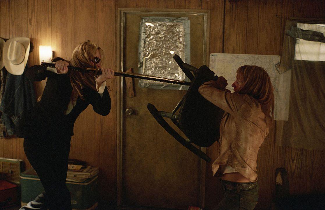 Zwischen Driver (Daryl Hannah, l.) und Kiddo (Uma Thurman, r.) entbrennt ein Kampf auf Leben und Tod ... - Bildquelle: Miramax Films. All rights reserved