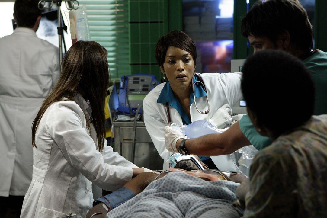 In der Notaufnahme ist wie immer mächtig viel los. Abby (Maura Tierney, 2.v.l.) gibt, trotz ihres letzten Arbeitstages, alles und kann sogar gegen... - Bildquelle: Warner Bros. Television