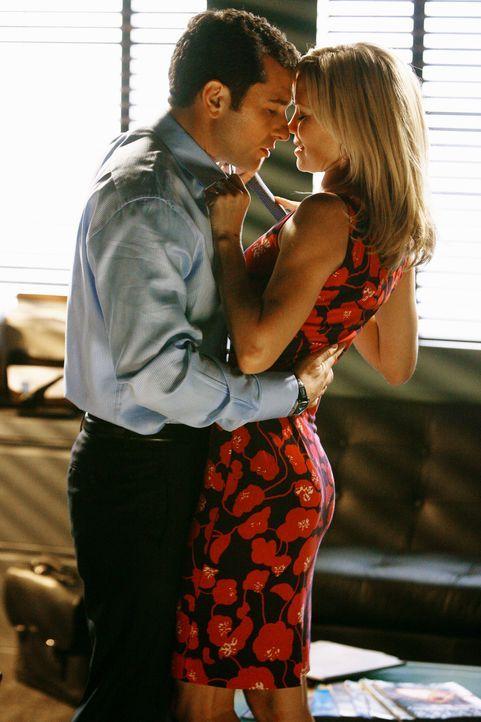 Techtelmechtel mit Julia (Sarah Jane Morris, r.): Ist Kevin (Matthew Rhys, l.) doch hetero? - Bildquelle: 2008 ABC INC.