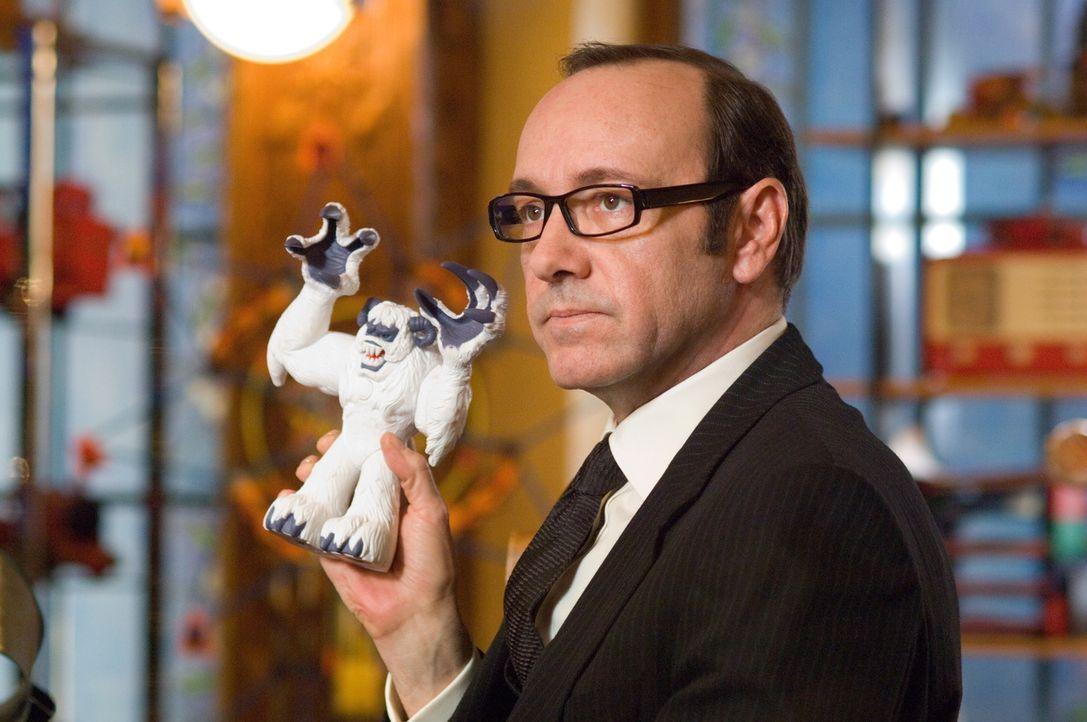 """Für Probleme sorgt ein gewisser Clyde Northcut (Kevin Spacey), der als himmlischer """"Controller"""" die Effektivität der Spielzeugproduktion des Weihn... - Bildquelle: Warner Brothers"""