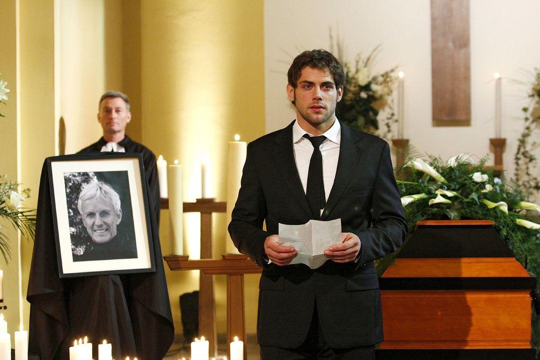 Jonas (Roy Peter Link) hält eine bewegende Trauerrede auf seinen Vater. - Bildquelle: Noreen Flynn Sat.1