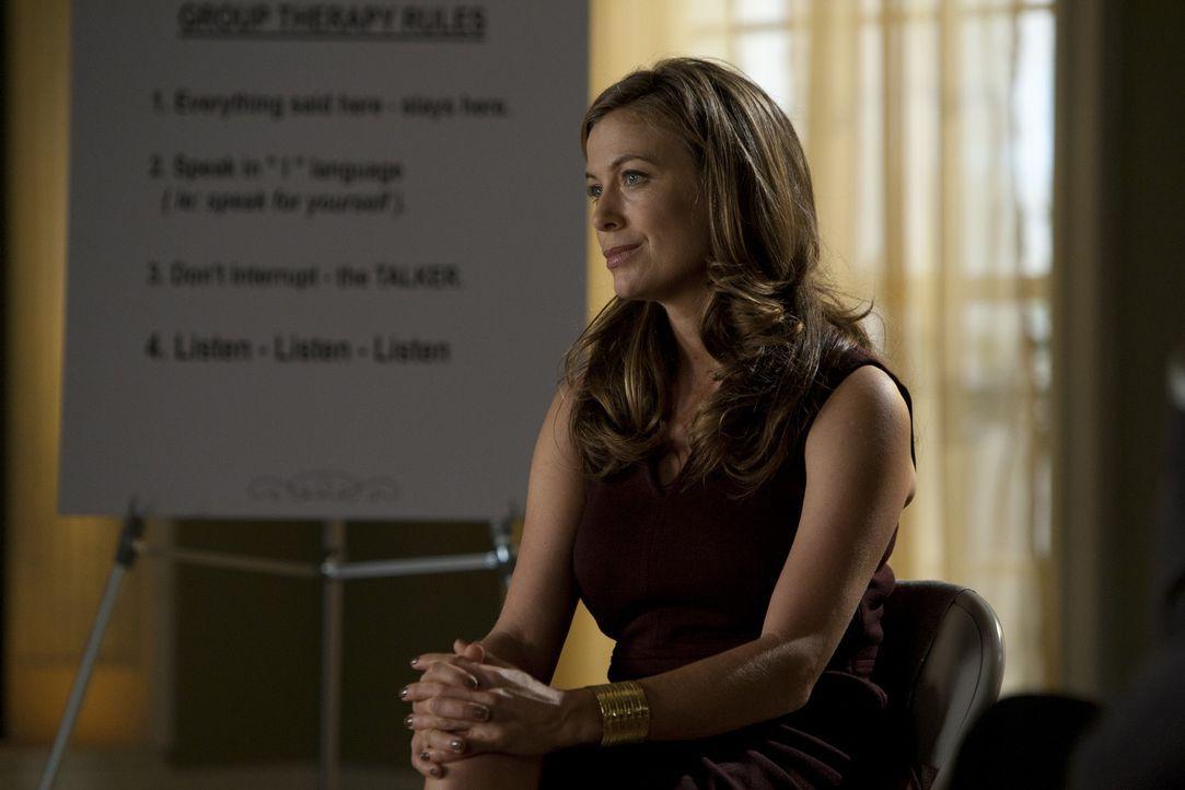 Die Therapiesitzungen mit Wes und Travis sind nicht immer einfach für Dr. Emma Ryan (Sonya Walger) ... - Bildquelle: 2012 USA Network Media, LLC