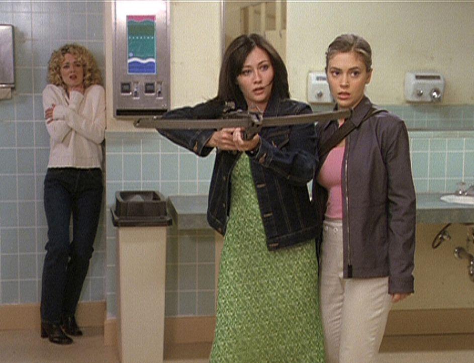 Prue (Shannen Doherty, M.) und Phoebe (Alyssa Milano, r.) sind gerade noch rechtzeitig gekommen, um Daisy (Lisa Robin Kelly, l.), eine zukünftige W... - Bildquelle: Paramount Pictures