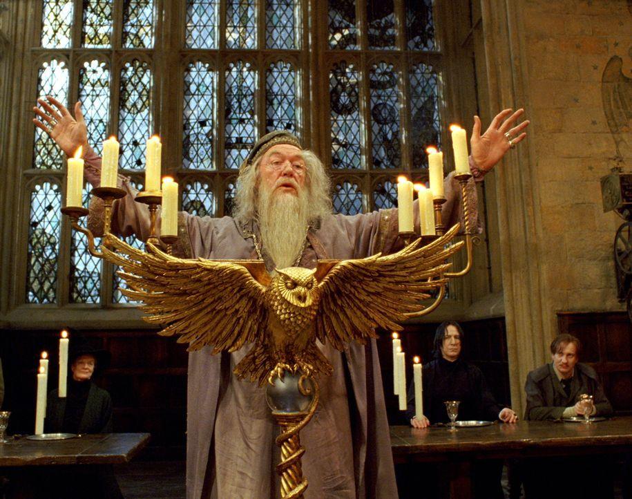 Noch hofft Professor Dumbledore (Michael Gambon) auf ein ruhiges Schuljahr, doch schon bald stecken einige seiner Schützlinge in einer echten Bredou... - Bildquelle: Warner Television