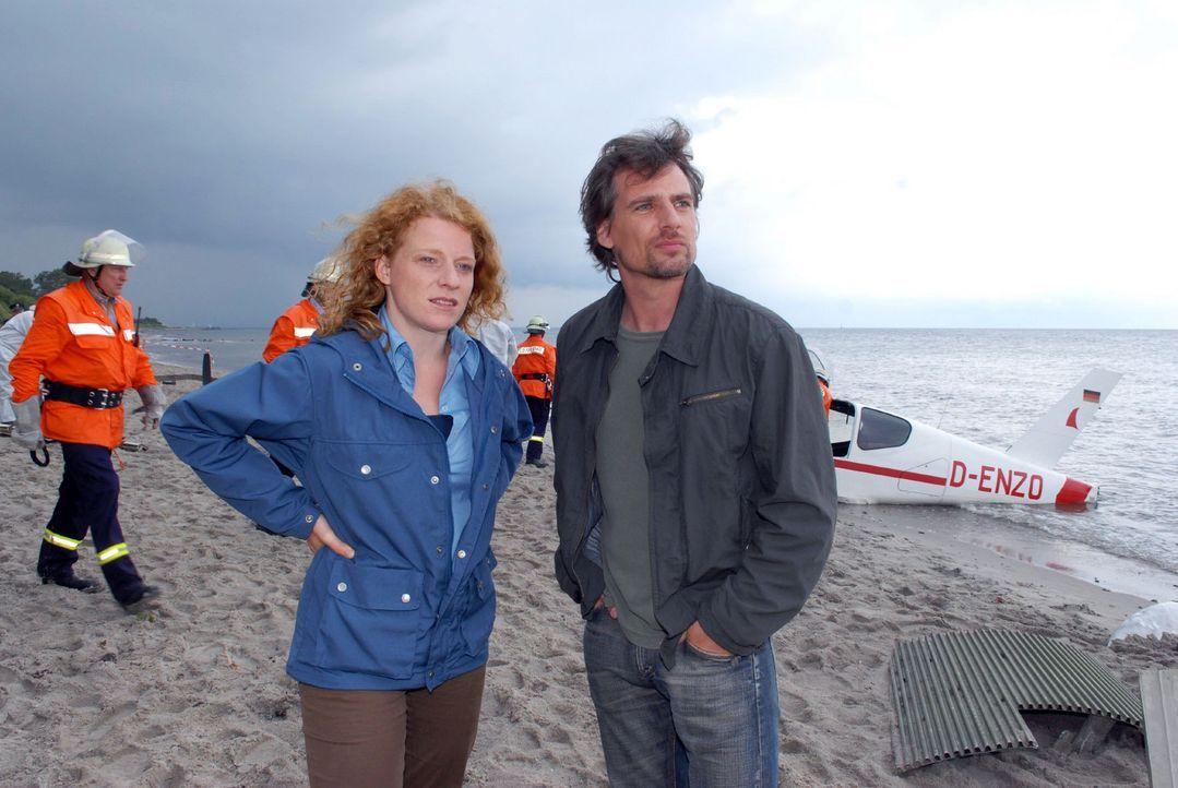 Petersens Maschine ist abgestürzt. Kommissar Falk Jensen (René Steinke, r.) und seine Assistentin Svea (Annika Martens, l.) schauen sich die Unglück... - Bildquelle: Susanne Dittmann Sat.1