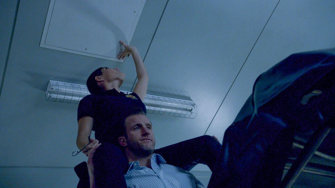 Danny (Scott Caan, unten) kann es kaum fassen, er sitzt zusammen mit Dr. Shaw (Amanda Setton, oben) und einer Leiche im Aufzug fest ... - Bildquelle: 2015 CBS Broadcasting Inc. All Rights Reserved.