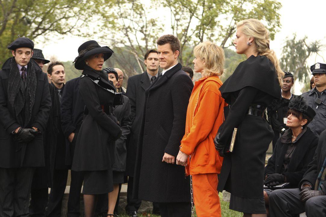 Auf der Beerdigung von Bradford kommt es zwischen Wilhelmina (Vanessa Williams, 2.v.l.) und Claire (Judith Light, 2.v.r.) und ihren Kindern Daniel (... - Bildquelle: Buena Vista International Television