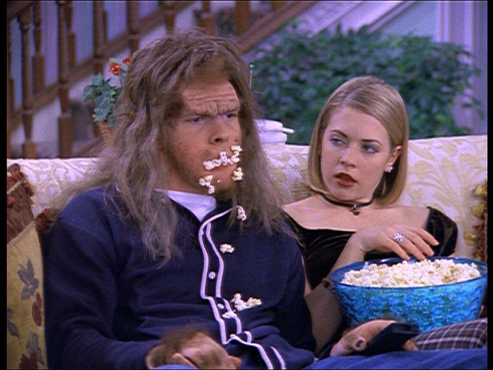 Harvey (Nate Richert, l.) ist von Cousine Susie in einen hässlichen Affenmenschen verwandelt worden. Sie will Sabrina (Melissa Joan Hart, r.) so da... - Bildquelle: Paramount Pictures