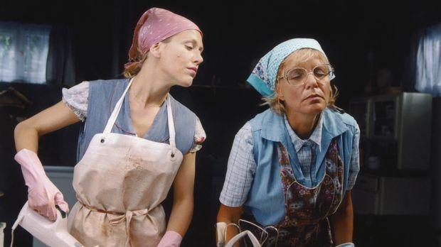Um die leidige Leiche loszuwerden, müssen Doris (Gruschenka Stevens, l.) und...
