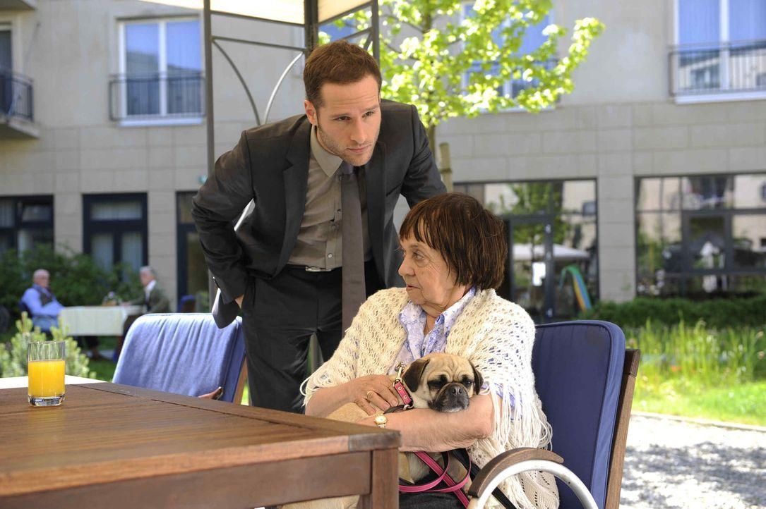 David (Lee Rychter, l.) spielt sein Spiel weiter und versichert sich, dass Erna (Us Conradi, r.) nicht abspringt ... - Bildquelle: SAT.1