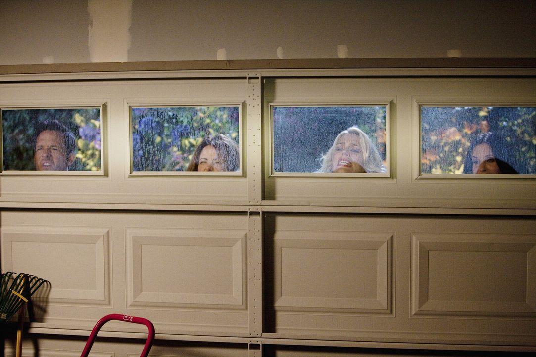 Machen eine schockierende Entdeckung: (v.l.n.r.) Grayson (Josh Hopkins), Ellie (Christa Miller), Laurie (Busy Philipps) und Jules (Courteney Cox) ... - Bildquelle: 2010 ABC INC.