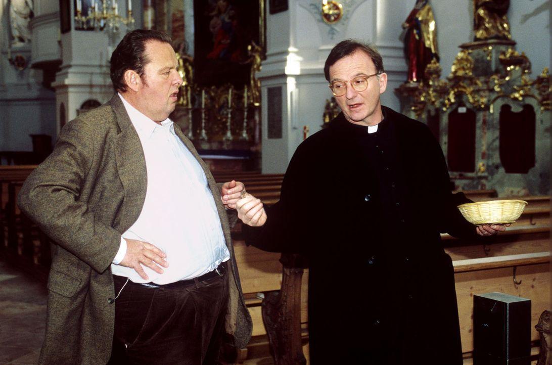 Der Prälat (Michael Lerchenberg, r.) erklärt Benno (Ottfried Fischer, l.), dass er nichts für das Familiengrab tun kann. - Bildquelle: Magdalena Mate Sat.1