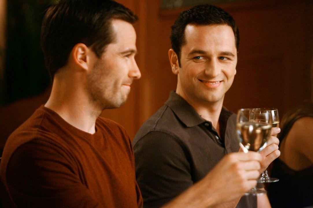 Karrieresprung: Scotty (Luke MacFarlane, l.) wird zum Chefkoch befördert, allerdings ist sein Mann Kevin (Matthew Rhys, r.) alles andere als begeist... - Bildquelle: 2008 ABC INC.