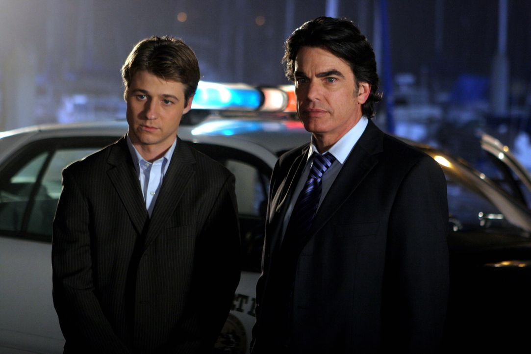 Kann Sandy (Peter Gallagher, r.) Ryan (Benjamin McKenzie, l.) helfen? - Bildquelle: Warner Bros. Television