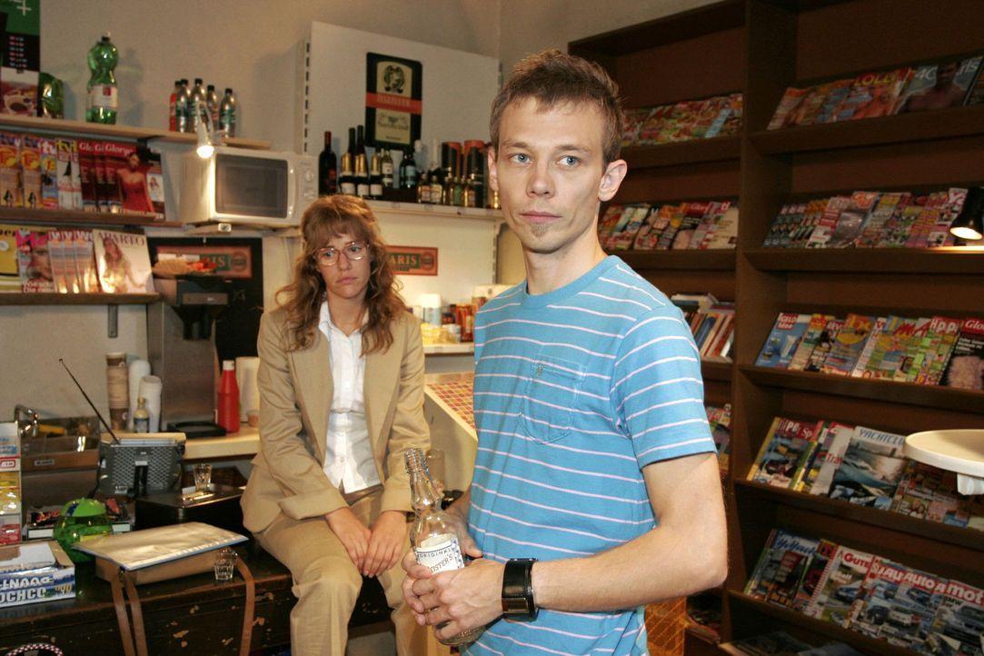 Nachdem Agnes den Kiosk verlassen hat, bleiben Lisa (Alexandra Neldel, l.) und Jürgen (Oliver Bokern, r.) betrübt zurück. - (Dieses Foto von Alexand... - Bildquelle: Noreen Flynn Sat.1
