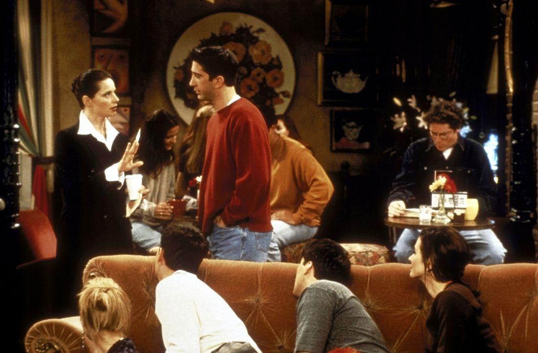 Auf Grund einer Liebesliste lernt Chandler (Matthew Perry, M.) Isabella Rossellini (Isabella Rossellini, l.) kennen ... - Bildquelle: TM+  2000 WARNER BROS.