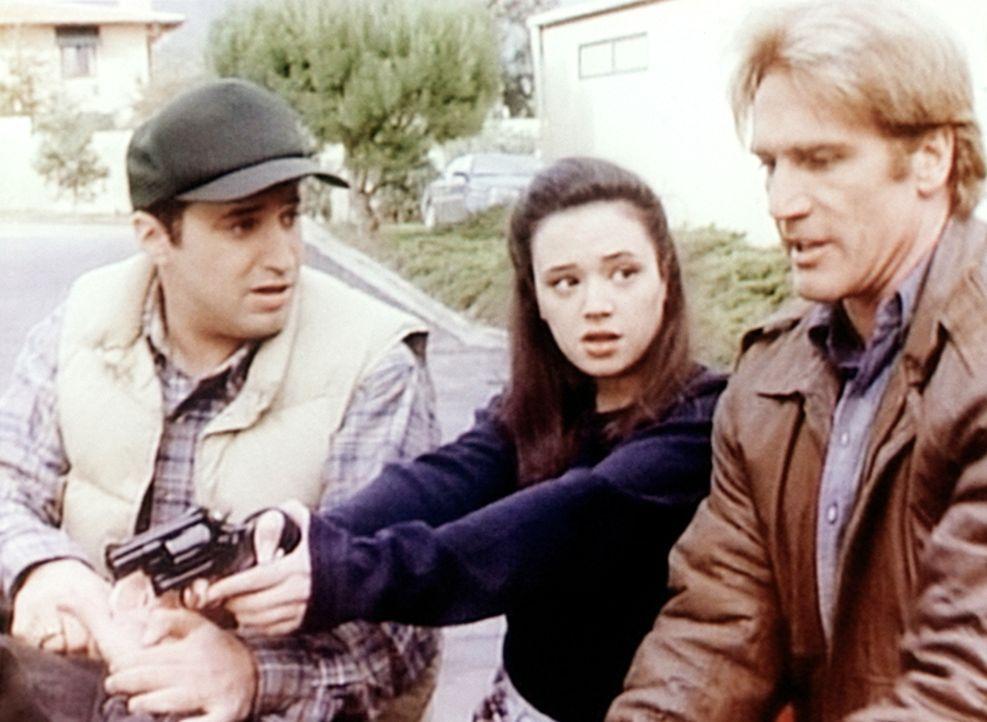 Der Anwalt Arnold Baskin (Mitchell Whitfield, l.), Agnes (Leah Remini, M.) und Steve (Barry Van Dyke, r.) verhaften einen Mörder. - Bildquelle: Viacom