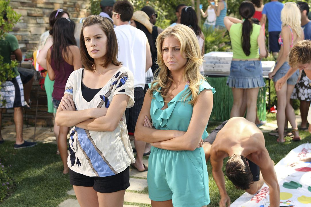 Erwischt! Lauren (Cassie Scerbo, r.) und Emily (Chelsea Hobbs, l.) sind gegen den Willen ihrer Teamleiterin Kaylie auf der Party von Austin ... - Bildquelle: 2010 Disney Enterprises, Inc. All rights reserved.