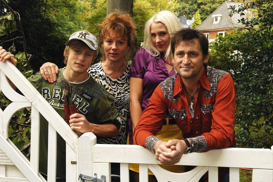 """Naomis liebenswert-chaotische Familie: Ihr kleinkrimineller Bruder """"Schnuller"""" (Meo Wulf, l.), ihre Mutter, die Currywurst-Expertin Hilde Kruse (Mai... - Bildquelle: Nicolas Maack Sat.1"""