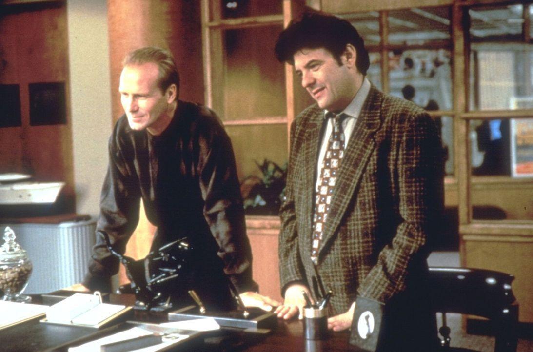 Frank (William Hurt, l.) und Huey (Robert Pastorelli, r.) können es nicht fassen, als sie beauftragt werden, den leibhaftigen Erzengel Michael ausf... - Bildquelle: Warner Brothers