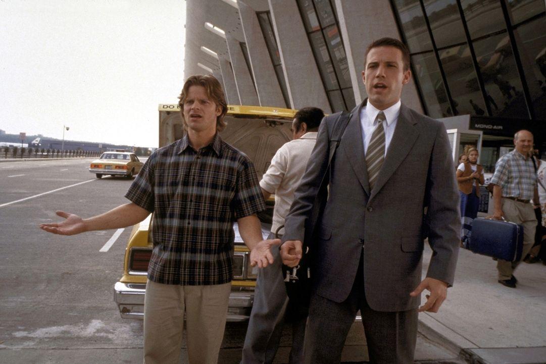 Nur ungern lässt sich Ben (Ben Affleck, r.) von seinem Freund Alan (Steve Zahn, l.) ins Flugzeug setzen. Denn er soll endlich heiraten ... - Bildquelle: TM+  1999 DreamWorks LLC. All Rights Reserved.