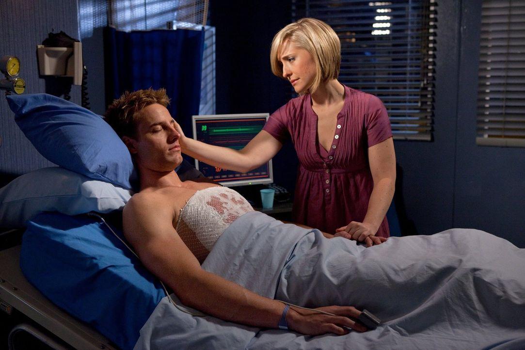 Als Oliver (Justin Hartley, l.) zu einem Treffen mit Zod geht, wird ihm ein großes S auf die Brust gebrannt. Chloe (Allison Mack, r.) besucht ihn im... - Bildquelle: Warner Bros.