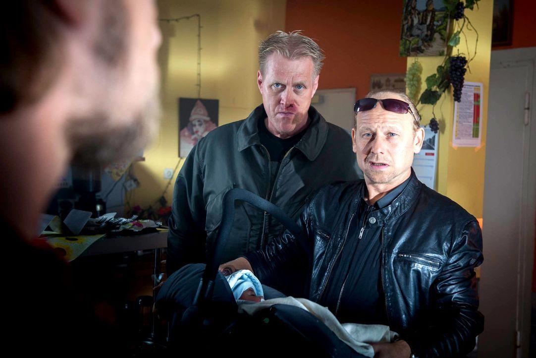 Mick (Henning Baum, l.) trifft bei den Nachforschungen in seinem eigenen Fall auf Arno Fieber (Bernd Michael Lade, r.) und seinen Handlanger Schrank... - Bildquelle: Martin Rottenkolber SAT. 1
