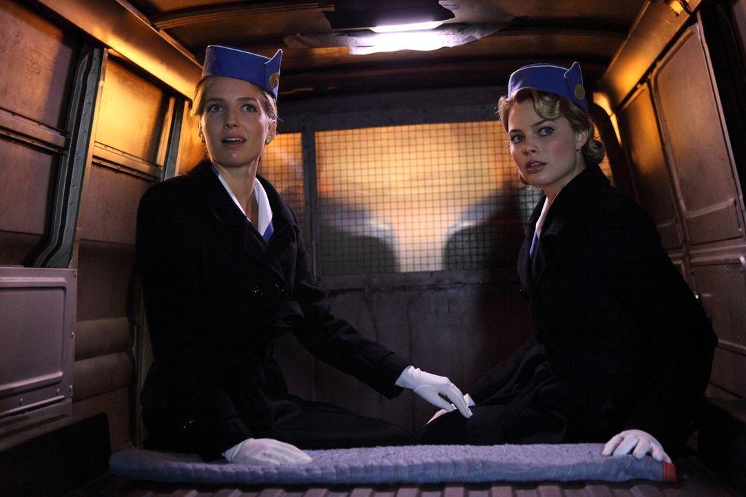In Moskau werden Bridget (Annabelle Wallis, l.) und Laura (Margot Robbie, l.) der Spionage verdächtigt, während der Rest der Crew im Hotel gefange... - Bildquelle: 2011 Sony Pictures Television Inc.  All Rights Reserved.