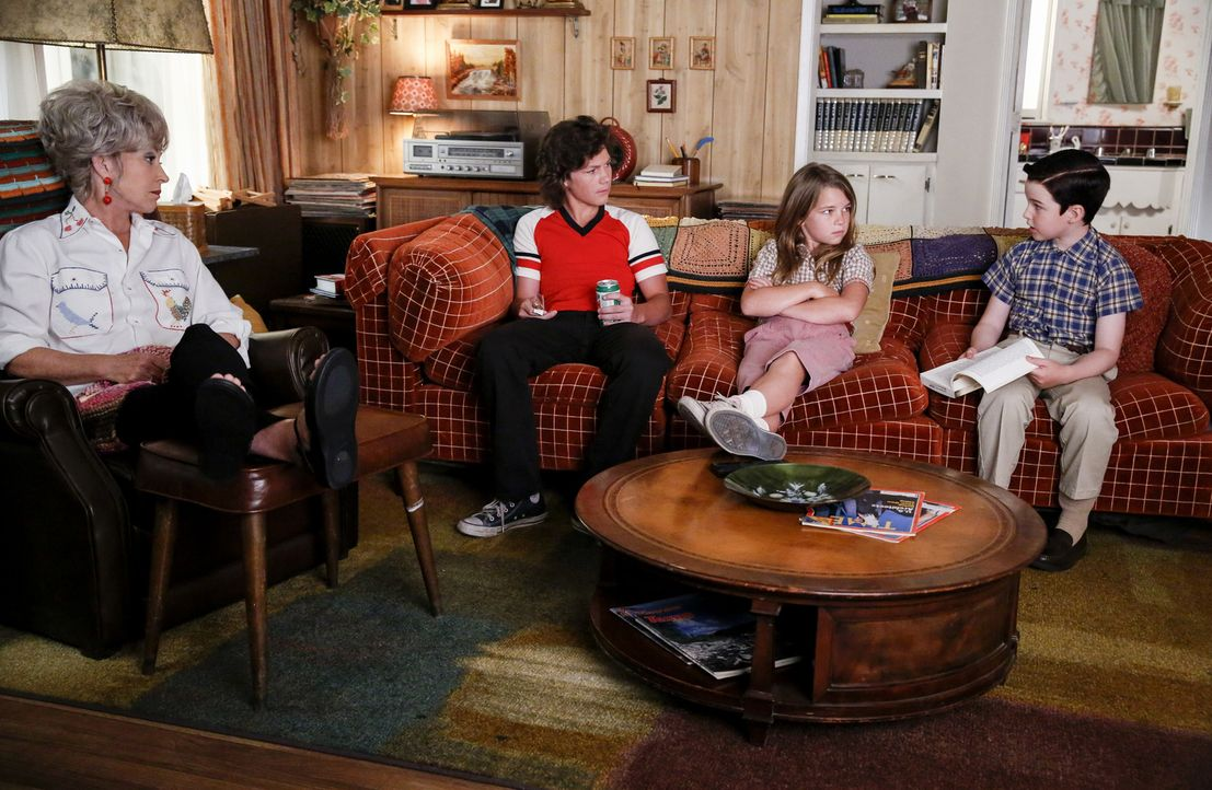 (v.l.n.r.) Meemaw (Annie Potts); Georgie (Montana Jordan); Missy (Raegan Revord); Sheldon (Iain Armitage) - Bildquelle: Warner Bros.