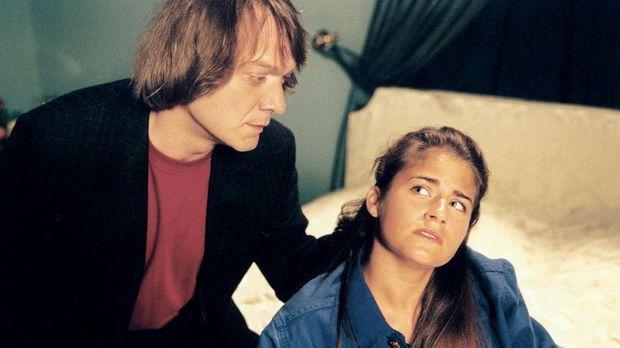 Die Turnerin Caroline Hoesch (Vanessa Jung, r.) will sich im Park Hotel mit U...