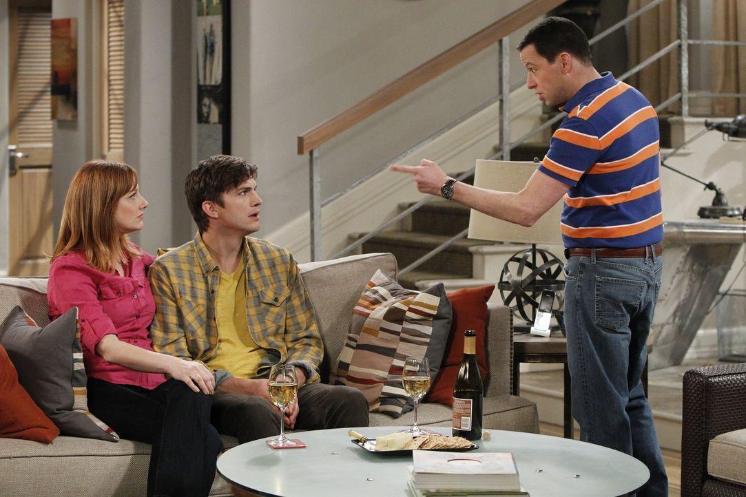 Als Walden (Ashton Kutcher, M.) auf seine Ex-Frau Bridget (Judy Greer, l.) trifft, überlegt er, ob er wieder mit ihr zusammenkommen sollte. Alan (Jo... - Bildquelle: Warner Bros. Television