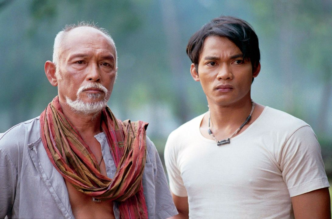 Kham (Tony Jaa, r.) und sein Vater (Sotorn Rungruaeng, l.) genießen ihr beschauliches Leben am Land. Doch dann setzen brutale Wilderer der Idylle ei... - Bildquelle: e-m-s the DVD-Company