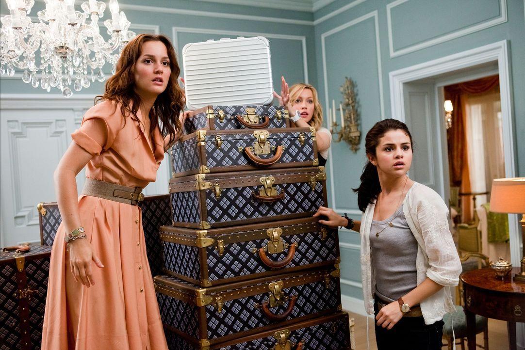 Als Grace (Selena Gomez, r.) mit einem englischen Society-Girl verwechselt wird, bekommen sie und ihre Freundinnen Meg (Leighton Meester, l.) und Em... - Bildquelle: Larry D Horricks 2011 Twentieth Century Fox Film Corporation. All rights reserved.