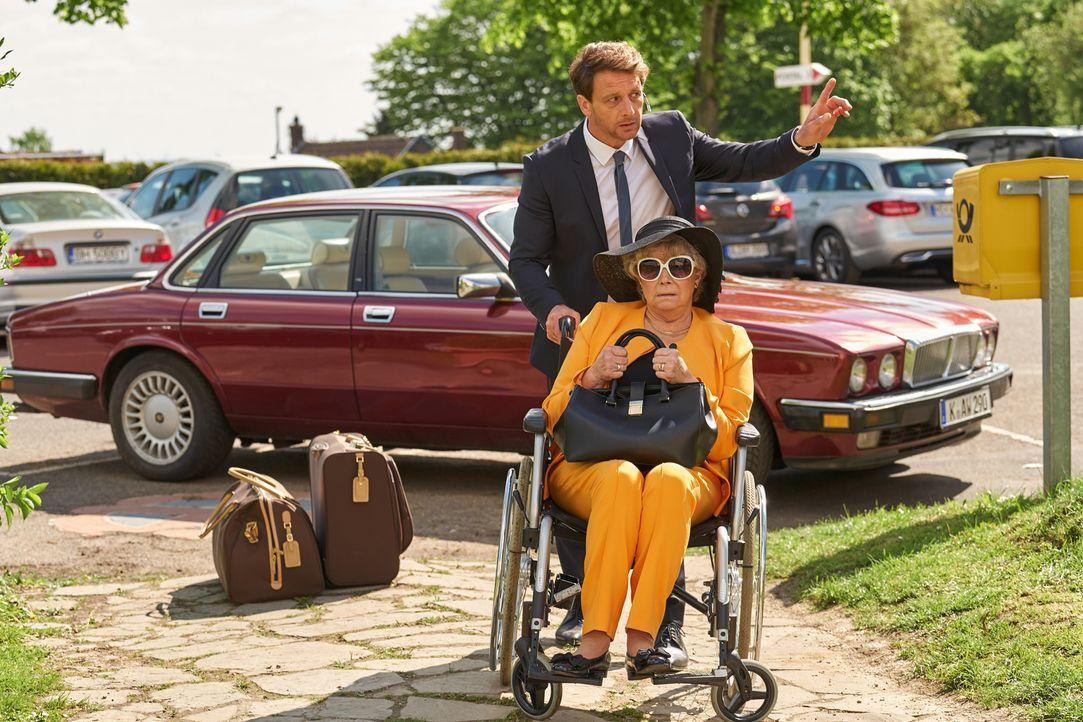 Als der Rechtsanwalt Felix (Hendrik Duryn, hinten) seine Mutter Elinor (Grit Boettcher, vorne) in Carolins Pflegeheim anmeldet, ahnt er nicht, dass... - Bildquelle: Frank Dicks SAT.1