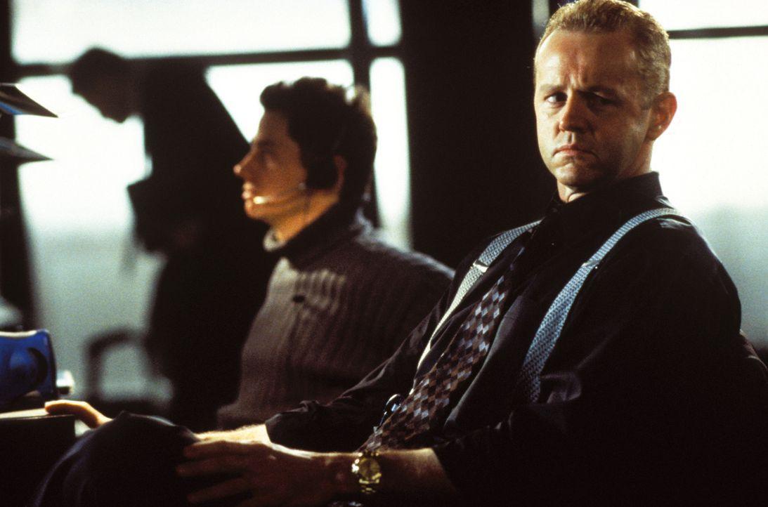Hofft, dass der Kleinganove Alvin ihn auf die Spur eines großen Bankräubers bringt: Agent Edgar Clenteen (David Morse, vorne) ... - Bildquelle: Warner Brothers International Television Distribution Inc.
