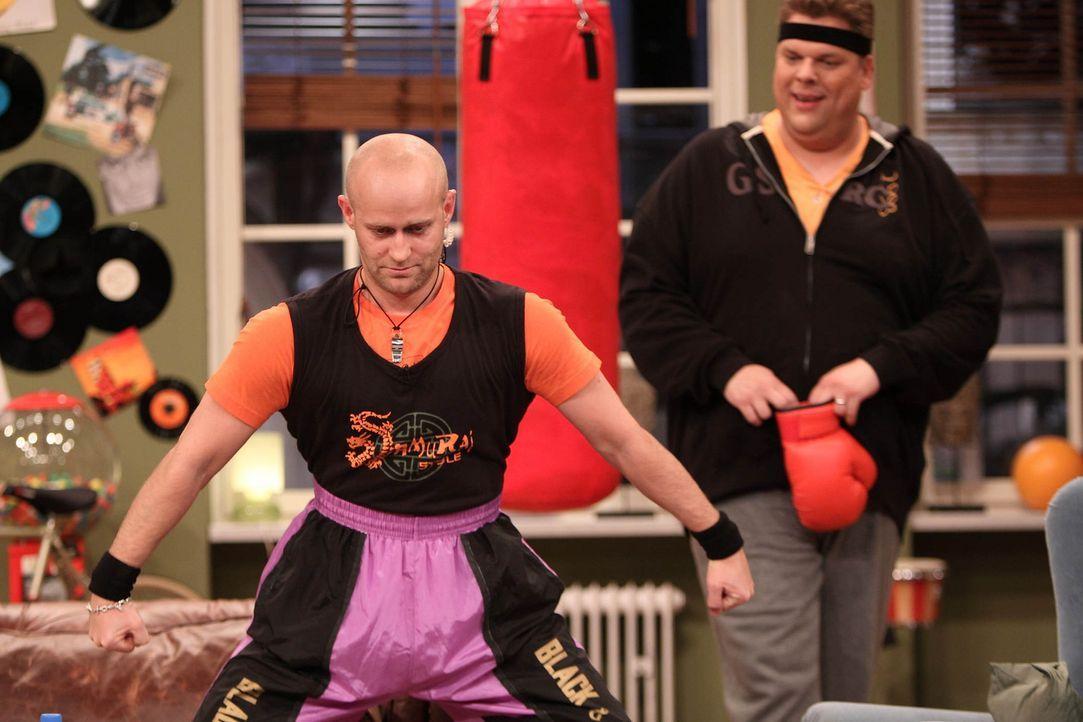 Jürgen (l.) hat sich als Fitnesstrainer für Tetje (r.) angeboten, doch ob Tetje so einem richtigen Powertraining gewachsen ist? - Bildquelle: Frank Hempel SAT.1