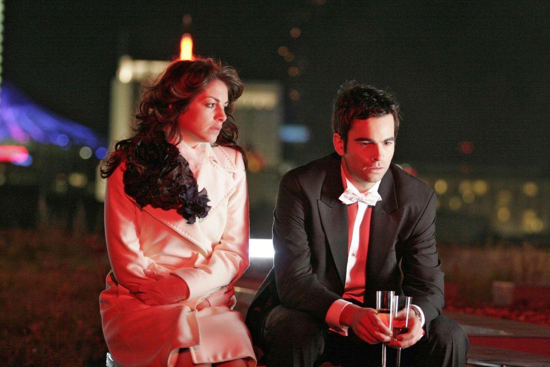 David (Mathis Künzler, r.) ist tief getroffen, als Mariella (Bianca Hein, l.) ihm ihre Affäre beichtet. - Bildquelle: Noreen Flynn Sat.1