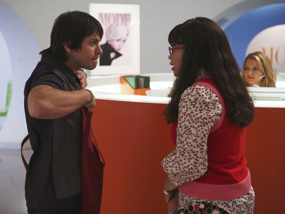 Trotz großer Probleme beim Kennenlernen, fühlt sich Betty (America Ferrera, r.) zu Gio (Freddy Rodriguez, l.), dem neuen Sandwichmann, hingezogen ..... - Bildquelle: Buena Vista International Television
