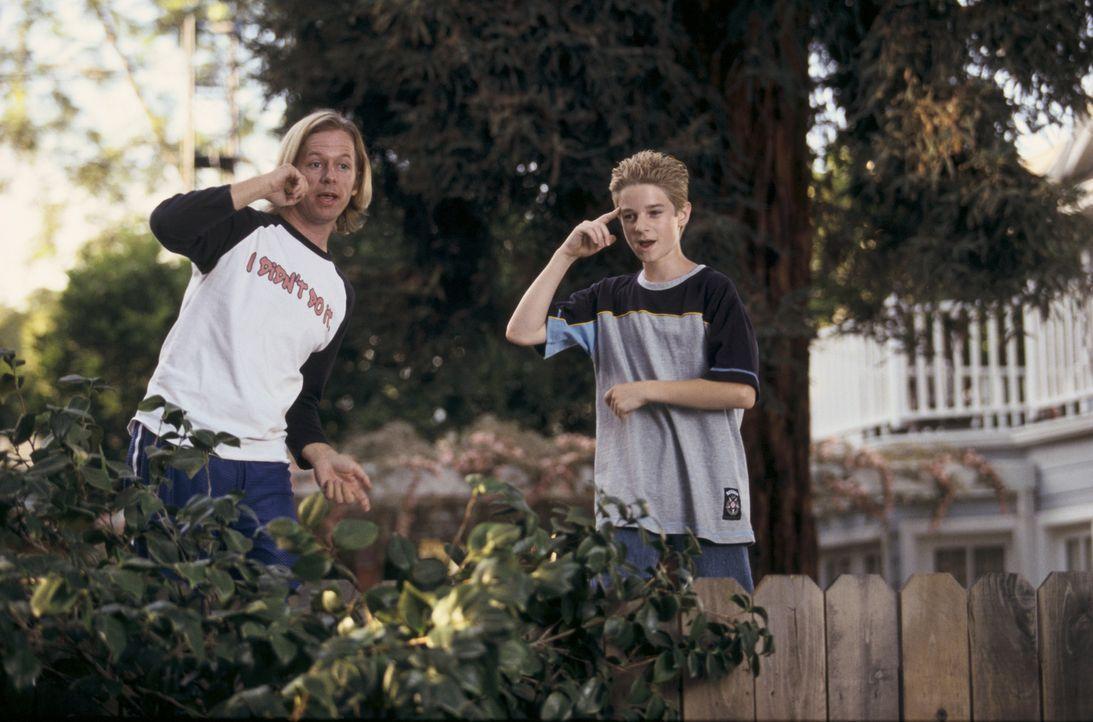 Kaum gelingt es Dickie (David Spade, l.), die Schulschläger, die Sam (Scott Terra, r.) das Leben schwer machen, zu vertreiben, da werden sie auch s... - Bildquelle: Mark Fellman Paramount Pictures