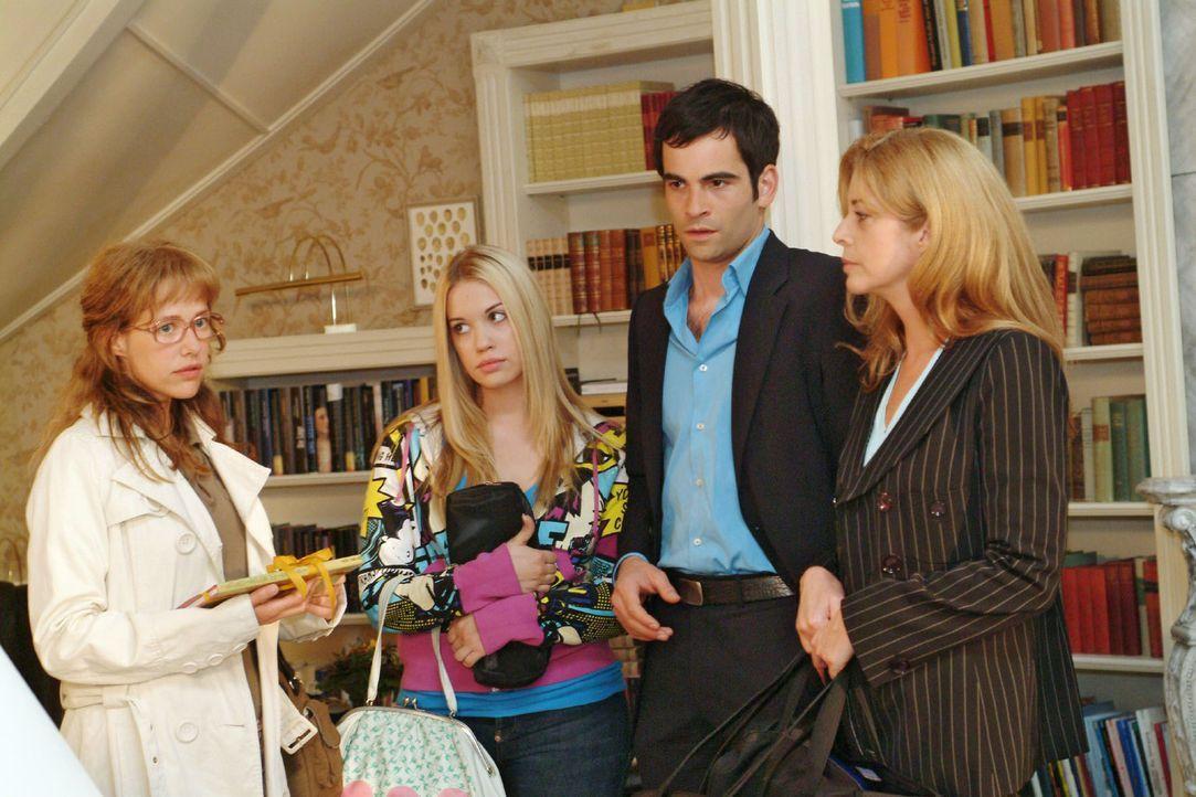 Lisa (Alexandra Neldel, l.) bekommt wieder einmal zu spüren, dass sie von Laura Seidel (Olivia Pascal, r.) nicht erwünscht ist. Im Beisein von Kim (... - Bildquelle: Monika Schürle Sat.1