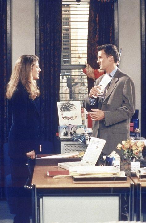 Joanna (Alison LaPlaca, l.) hat sich in Chandler (Matthew Perry, r.) verliebt. - Bildquelle: TM+  2000 WARNER BROS.