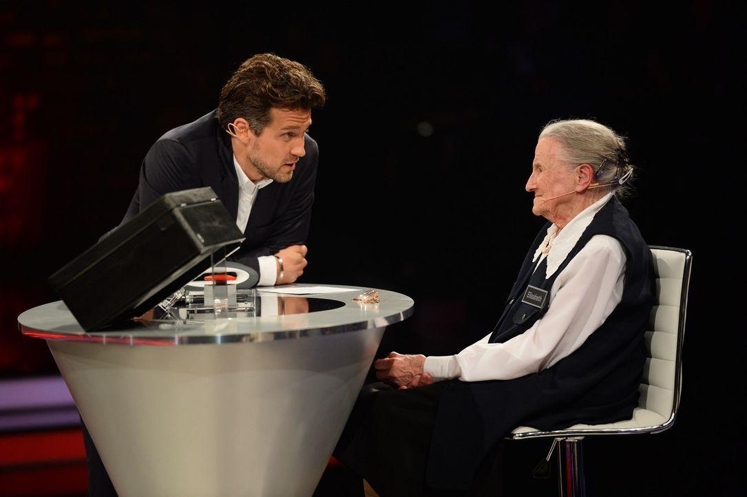 """""""Deal or no Deal"""", das ist hier die Frage. Während Moderator Wayne Carpendale (l.) zum Zocken auffordert, sind bei Elisabeth (r.) ein kühler Kopf un... - Bildquelle: Willi Weber SAT.1"""