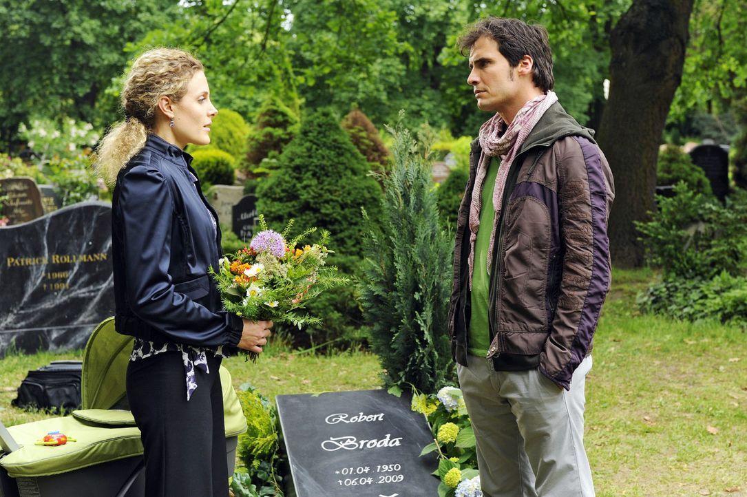 Am Grab von Robert lernt Maja (Barbara Lanz, l. ) Alexander (Paul Grasshoff, r. ) - und hilft ihm unbewusst eine Entscheidung zu fällen. - Bildquelle: Oliver Ziebe Sat.1