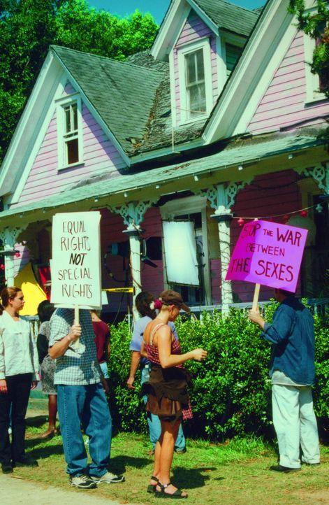 """Seit dem Mio-Dollar-Angebot wird das """"House of Babes"""" Tag für Tag, Nacht für Nacht belagert ... - Bildquelle: Kali Films"""