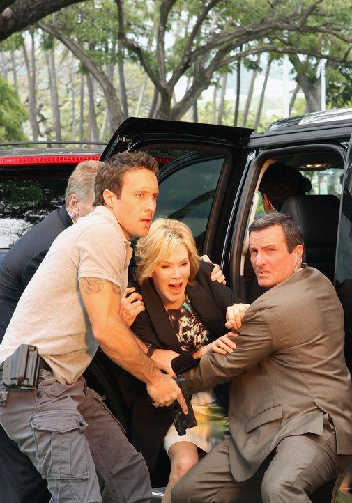 Wo Fats Plan geht auf: denn als Laura Hills, die Assistentin der Gouverneurin (Jean Smart, 2.v.r.), durch eine Autobombe ums Leben kommt, wird Steve... - Bildquelle: 2011 CBS BROADCASTING INC.  All Rights Reserved.